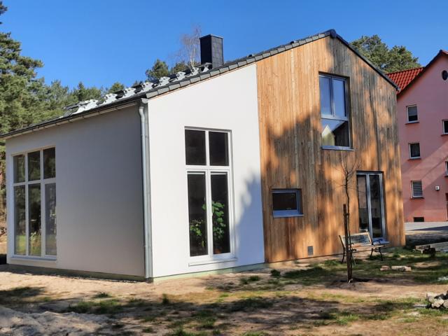 Aktionshaus Wendy mit teilweise Holzfassade
